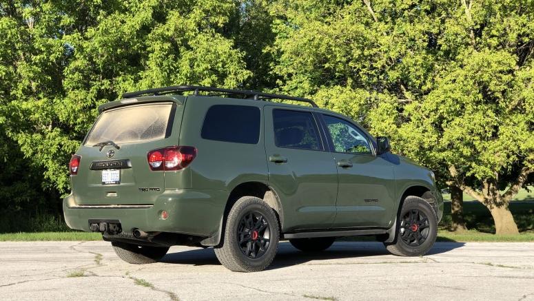 2020 Toyota Sequoia Interior Storage Driveway Test | Cupholders aplenty