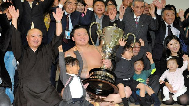 Hakuho loses, ending a bad year for sumo