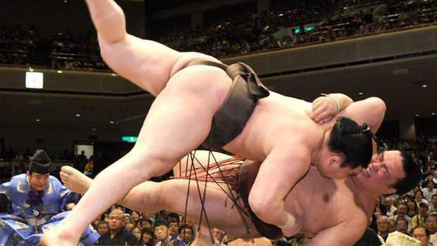 Hakuho revives title hope with clutch win over Kisenosato