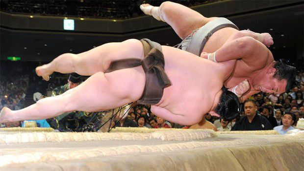 Kotoshogiku, Hakuho fall on day of upsets on Day 7