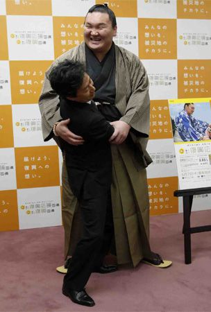 PHOTO : Japan Finance Minister Jun Azumi meets grand sumo champion yokozuna Hakuho