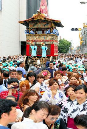 Kyoto students pull 10-ton float in test run