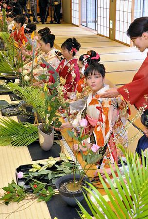 1,500 kick off new year with flower arranging ceremony