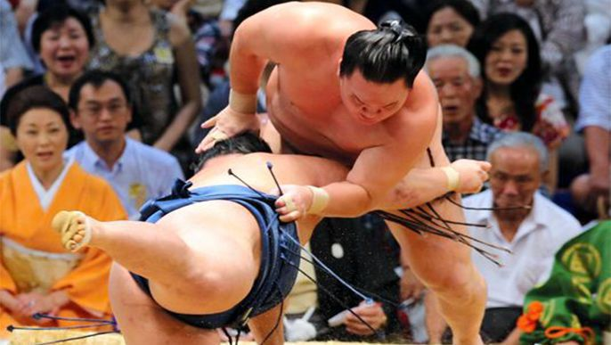 Hakuho takes 39th in a row to stay 1 up on Kotooshu on Day 9