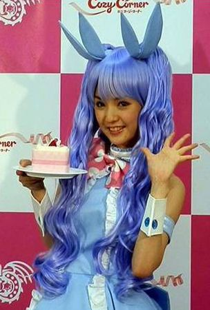 Morning Musume leader Michishige Sayumi presents custom-created 'Dragon Nest' cake