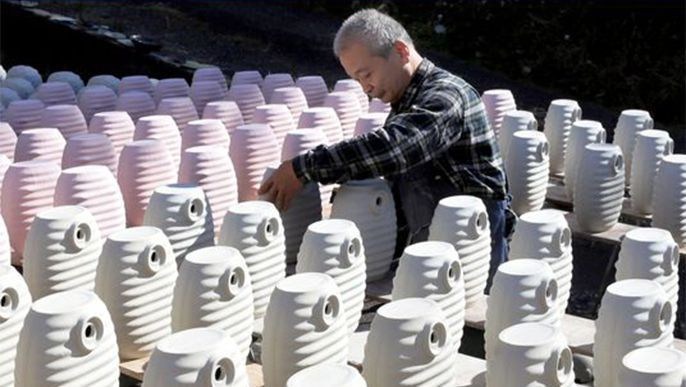 As temperatures drop, production of ceramic water bottles heats up