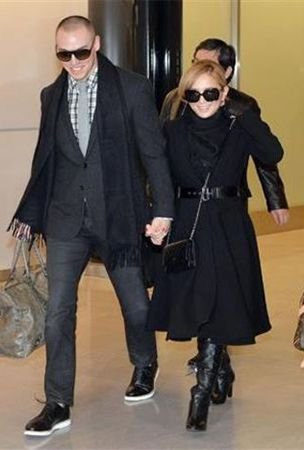 Hamasaki Ayumi appears in front of press with her fiance