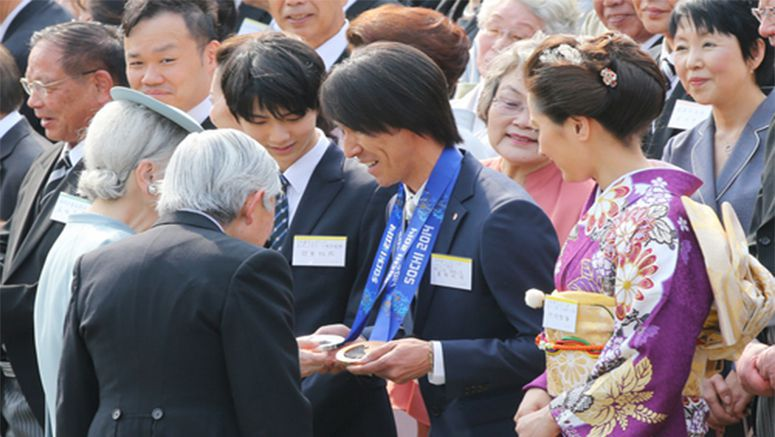 Emperor talks with figure skating gold medalist Hanyu, other guests