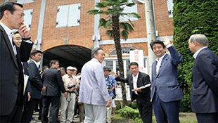 Abe visits UNESCO-registered Tomioka Silk Mill