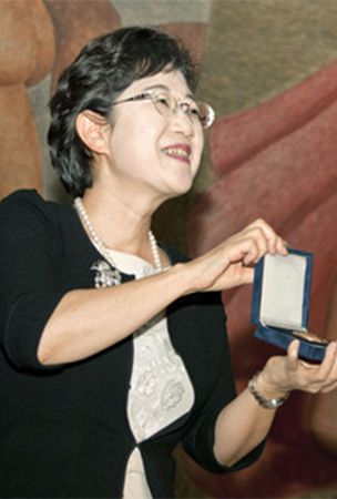 PHOTO : Japanese writer receives Andersen author award