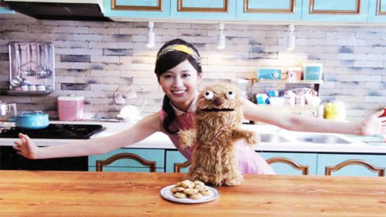 Maeda Atsuko hosts a variety show with a puppet for Country Ma'am CM movie
