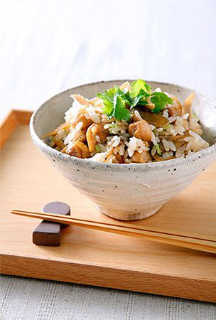 Rice cooked with chicken, burdock adds style to the dinner table