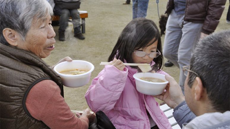 PHOTO : People enjoy cooked anglerfish at festival