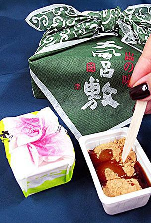 Tasty rice cakes from Tottori served in 'furoshiki' cloth