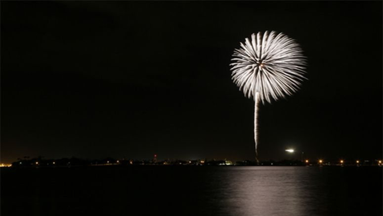 Niigata fireworks light up Pearl Harbor to commemorate war dead