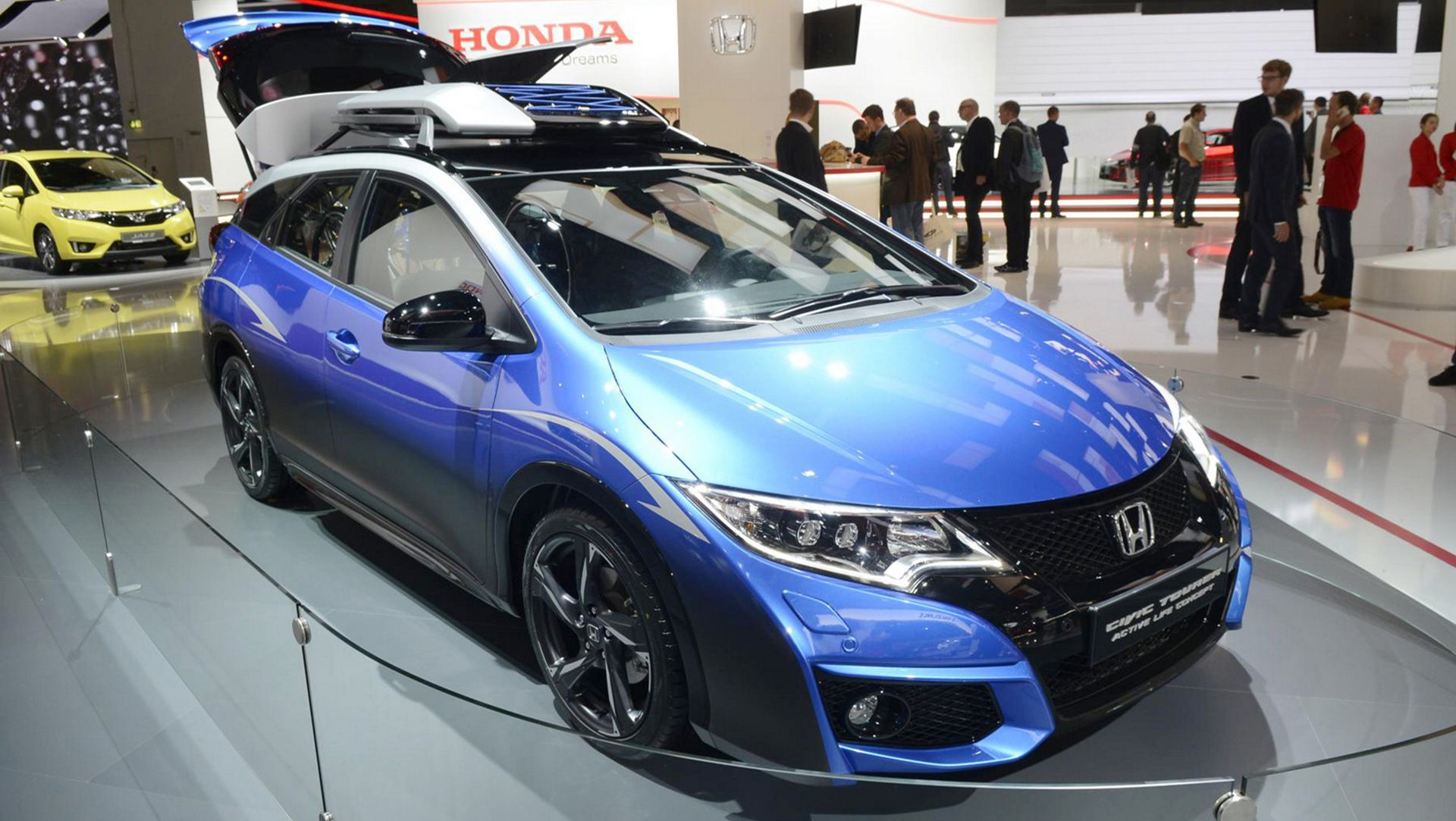 Thanks to the Civic Tourer's 1,668 liters of interior space (with ...