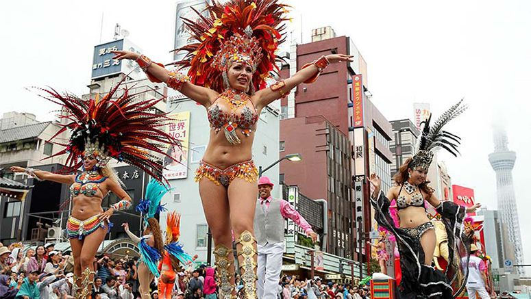 Drizzle fails to dampen samba dancers' parade in Asakusa