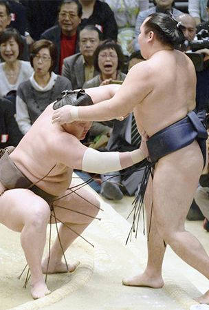 Hakuho stays on top with quick victory