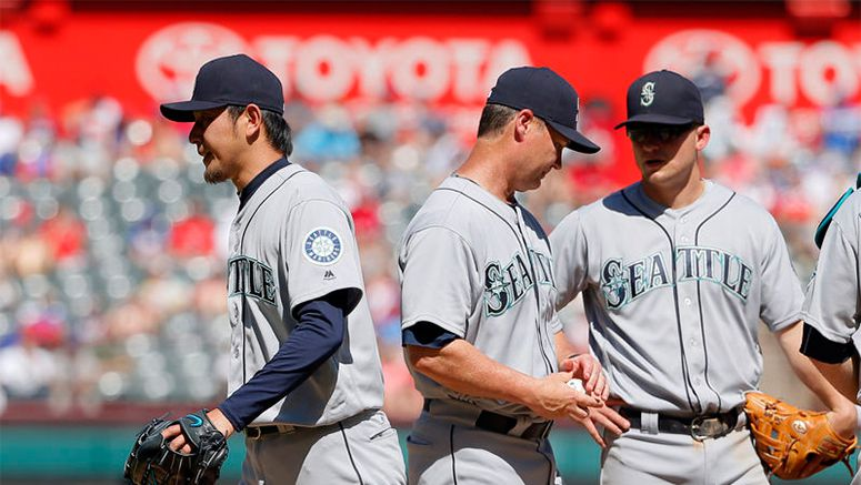 Fielding flubs in 5th prove costly for M's, Iwakuma
