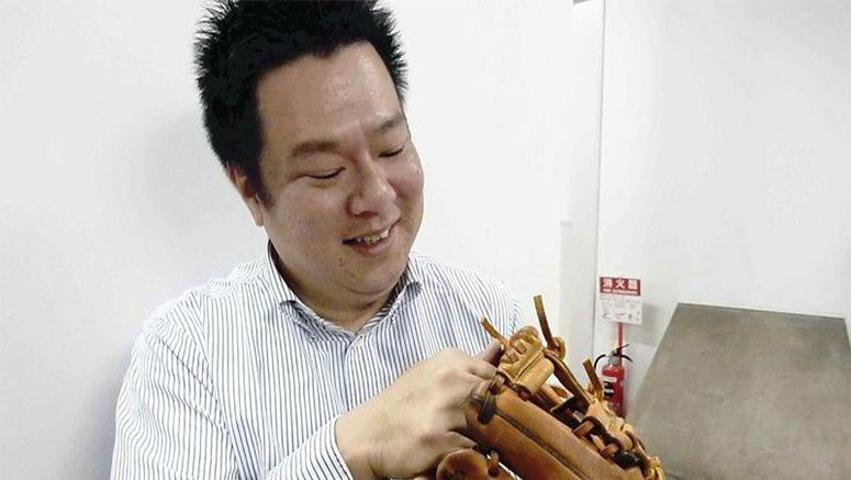 One-man glove-making firm helps Yamada get a grip
