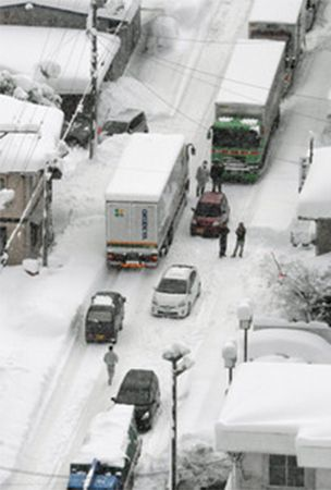 Over 300 cars stuck in snow in western Japan