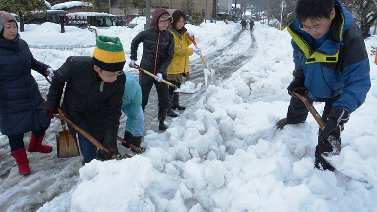 Teachers clear snow in Tottori in bid to reopen schools
