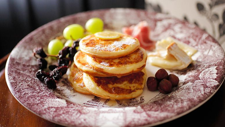 Small hotcakes, with cheddar and nuts, in congruity with quality tea
