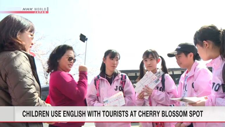 Children try to help foreign tourists in English