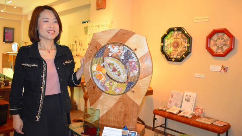 Yamanashi woman seeks to spread seashell art in Japan
