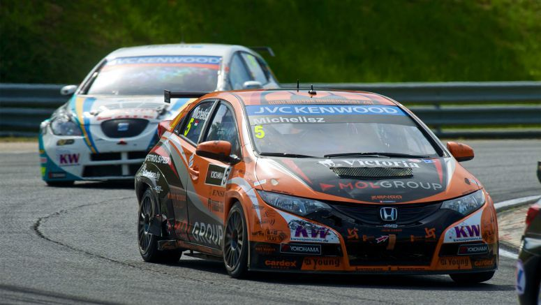 Fans Go Wild For Honda at Hungaroring WTCC Event