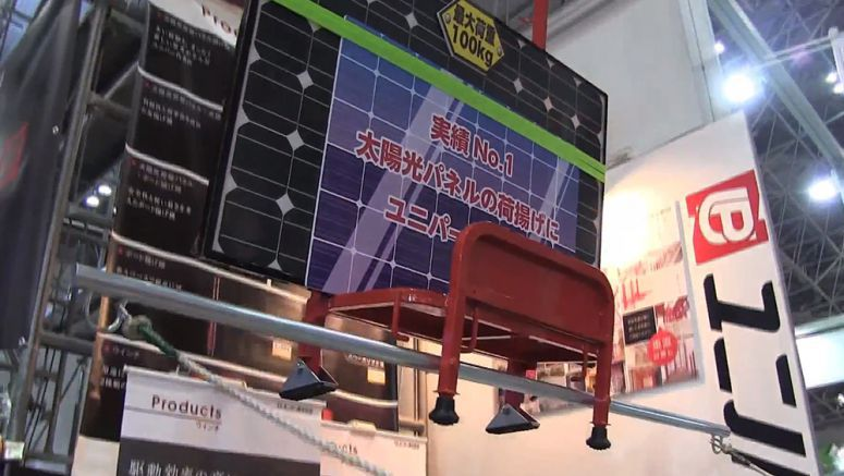 Solar Panel Cargo Lifter that Does not Use Ladder-shaped Rail
