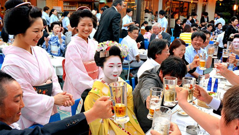 'Geiko' and 'maiko' add dash of color to summer beer drinking season