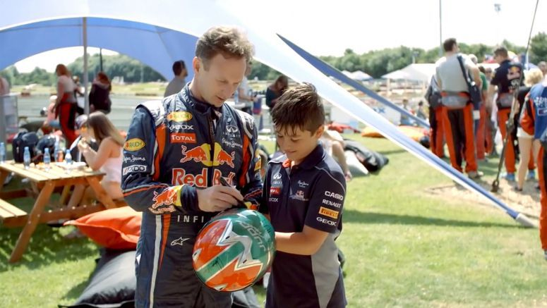 Infiniti : Super Red Bull karting: The team vs. the fans. Who was the fastest?