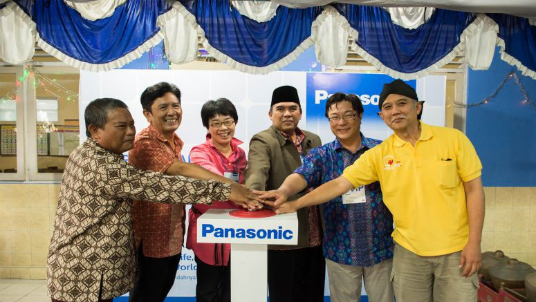 "Panasonic : Stand-Alone Solar Power ""Container"" Helps Children Study on Remote Indonesian Island"