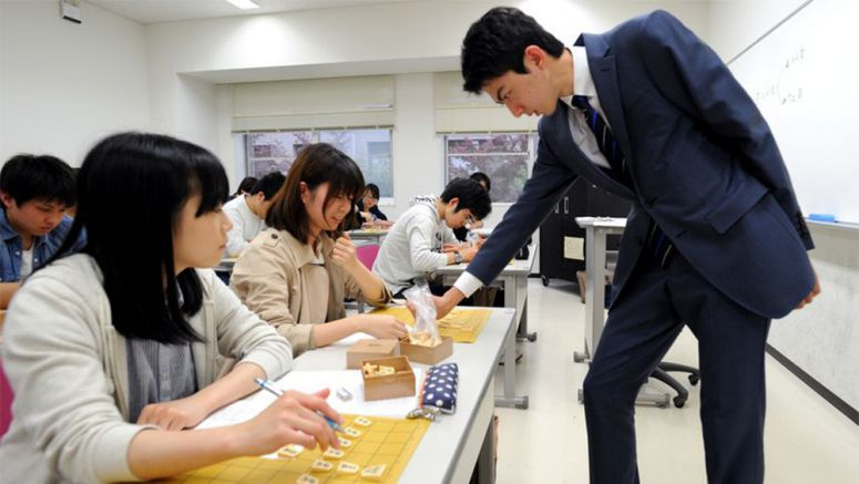 More universities offering shogi, go classes to improve thinking process
