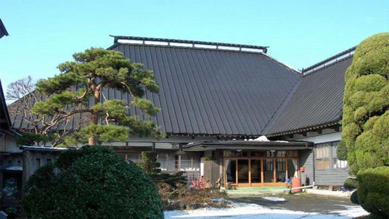 Fire-damaged Iwate inn 'haunted' by good-luck deity solicits funds to reopen