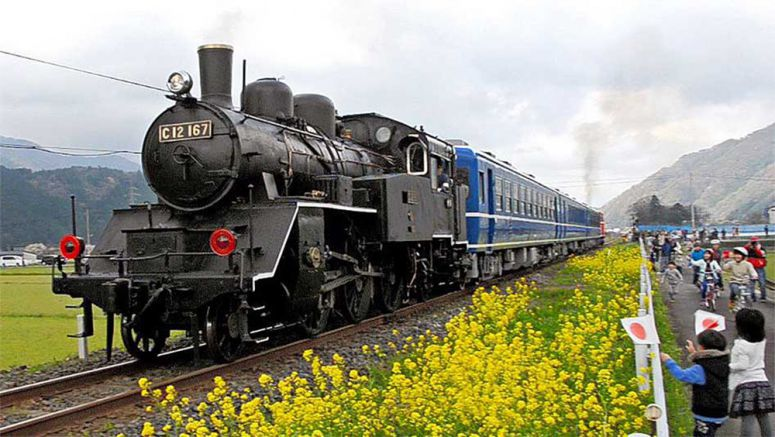 Vintage steam locomotive chugs out of retirement on Tottori line for trial run