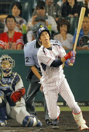 Baseball: Yamada blasts Swallows to within 5 wins of pennant