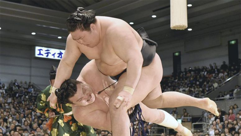 Sumo : Hakuho leads as ozeki stay in chase