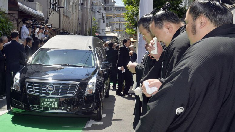 Hundreds gather to pay final respects to late yokozuna Chiyonofuji