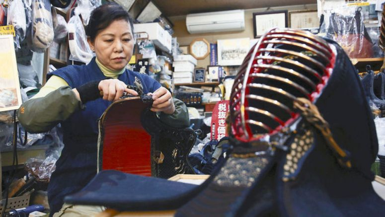 Photoscape / Mother crafts kendo gear, passes on skills to daughter