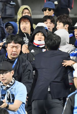 Soccer: Kawasaki, Suwon supporters heat up over political banner