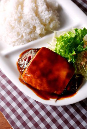 After a scolding, son perfects Hamburg steak with cheese