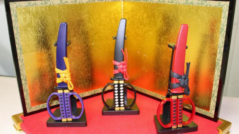 Samurai-sword-shaped scissors prove popular with foreign tourists