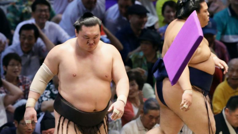 Sumo: Hakuho crashes to 1st defeat but still leads in Nagoya