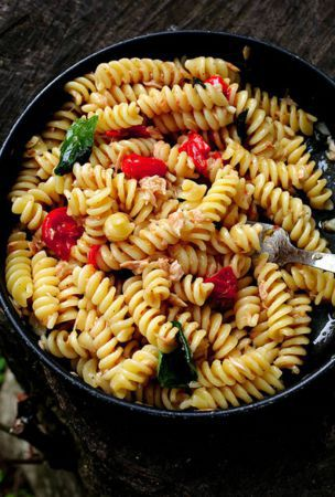 Tomato and tuna pasta, an ideal meal to cook in the mountains