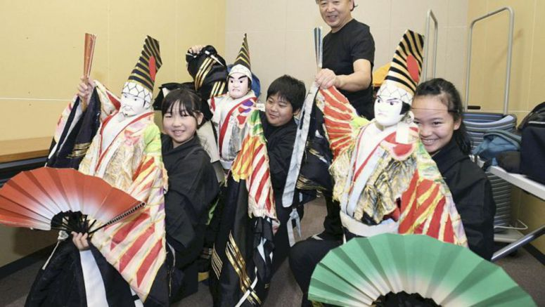 Photoscape / Teenagers help preserve art of puppet theater