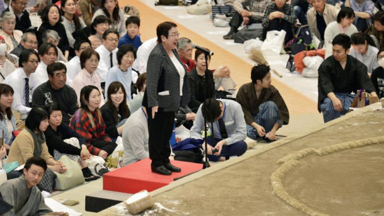 Female mayor visits JSA, seeks end to male-only sumo tradition