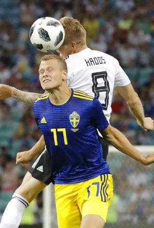 Soccer: Kroos scores late to give Germany 2-1 win over Sweden